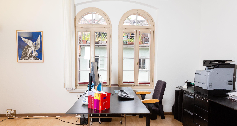 Anwaltskanzlei Imthurn, zeigt Arbeitsplatz am Fenster